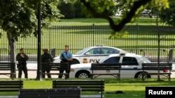 Polisi AS mengamankan komplek Gedung Putih di Washington DC, setelah terdengar tembakan di dekatnya, Jumat (20/5).