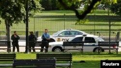 Polisi melakukan pengamanan di komplek Gedung Putih di Washington DC (foto: dok).