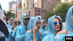 示威人群後退著抗議伊朗核協議