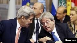 Menteri Luar Negeri AS John Kerry (kiri) dan Menteri Luar Negeri Italia Paolo Gentilonidi Roma, Italia, 13 Desember 2015. Setelah setahun pembahasan penghentian konflik Libya, negara-negara Barat upayakan perjanjian perdamaian Libya.