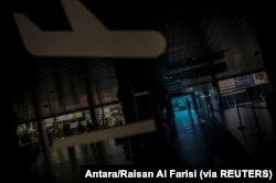 Seorang petugas keamanan penerbangan berjalan melalui pintu kedatangan domestik bandara Husein Sastranegara saat Indonesia menghentikan perjalanan laut, darat, udara, dan kereta api menjelang perayaan Idul Fitri dalam upaya mencegah penularan skala besar
