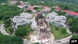 Foto udara ini menunjukkan gedung kantor Gubernur rusak akibat gempa 6,2 SR di Mamuju pada 17 Januari 2021. (Foto: AFP/Adek Berry)