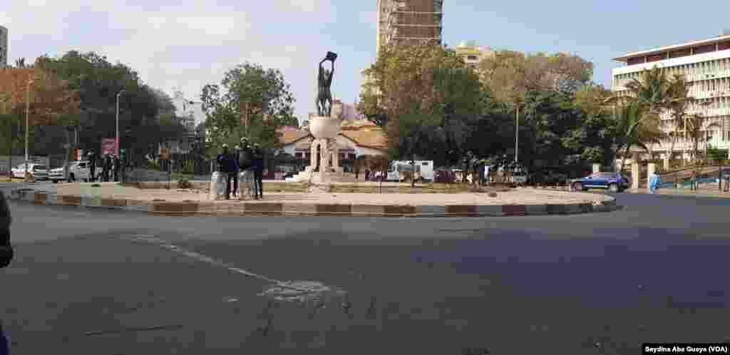 Les accès menant à la place Soweto et à l'hémicycle strictement interdite par les forces de l'ordre à Dakar, au Sénégal, le 19 avril 2018. (VOA/Seydina Aba Gueye)