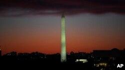 Pogled na vašingtonski obelisk sa Kapitol hila u sumrak 15. novembra 2019. (Foto: AP/Susan Walsh)