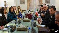 캐서린 애슈턴 유럽연합 외교안보 고위대표(왼쪽 2번째)가 9일 테헤란에서 무함마드 자바드 자리프(오른쪽 2번째) 이란 외무장관과 회담했다.