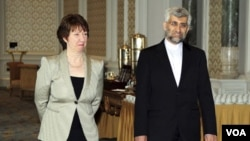 Perunding nuklir Saeed Jalili (kanan) dan pejabat Uni Eropa, Catherine Ashton di istana Ciragan, Istanbul, Turki - tempat berlangsungnya pembicaraan nuklir Iran, 21 Januari 2011.