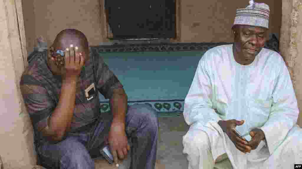 Alhaji Inuwa père de l'une des 110 écolières kidnappées par Boko Haram pleure de joie à Dapchi le 21 mars 2018.