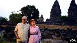 Ratu Denmark Margrethe II dan suaminya Pangeran Henrik mengunjungi Candi Prambanan (24/10) di Yogyakarta. (VOA/Munarsih Sahana)