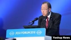 반기문 유엔 사무총장이 25일 제주 서귀포 제주국제컨벤션센터에서 열린 제주포럼 만찬에서 인사말을 하고 있다.
