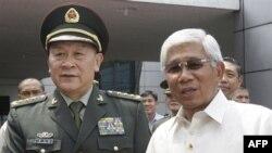 Bộ trưởng Quốc phòng Trung Quốc Lương Quang Liệt (trái) bắt tay Bộ trưởng Quốc phòng Philippines Voltaire Gazmin tại thành phố Quezon, phía bắc thủ đô Manila, ngày 23/5/2011