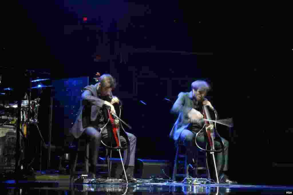 Dos músicos jóvenes a rirmo de violín acompañaban magistralmente a Elton John a ritmo de Rock and Roll.