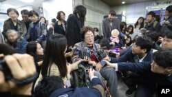 Mantan wanita penghibur Korea Selatan, Lee Yong-soo (tengah), memberikan keterangan kepada pers sebelum meninggalkan Pengadilan Distrik Pusat Seoul di Seoul, Korea Selatan, Rabu, 13 November 2019.