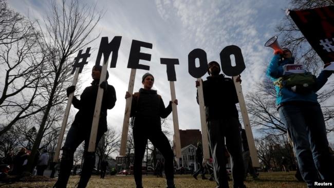 """Manifestantes deletrean """"#MeToo"""" durante la segunda Marcha de Mujeres anual en Cambridge, Massachusetts, el 20 de enero de 2018."""