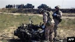 Binh sĩ NATO tại hiện trường một vụ nổ bom vệ đường ở Afghanistan