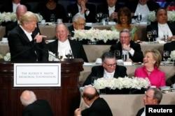 美国总统候选人希拉里·克林顿和唐纳德·川普在纽约慈善宴会上同台露面。川普讲了个笑话,克林顿有反应