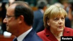 Thủ tướng Đức Angela Merkel (phải) và Tổng thống Pháp Francois Hollande dự hội nghị thượng đỉnh EU ở Brussels 24/10/13