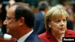 法国总统奥朗德(左)和德国总理默克尔(右)2013年10月24日在布鲁塞尔出席欧盟28国领导人峰会。