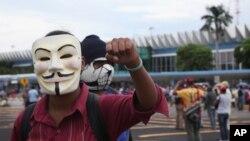 El pasado 10 de noviembre estudiantes enmascarados protestaron por sus compañeros desaparecidos y bloquearon el acceso al aeropuerto de Acapulco.
