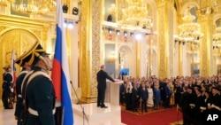 Президент Владимир Путин приносит присягу на Конституции России на церемонии инаугурации 7 мая 2018.
