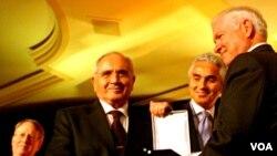Menteri Pertahanan Amerika Robert Gates (kanan) bersama Menteri Pertahanan Turki Mehmet Vecdi Gonul (kiri).