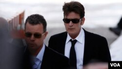 En su entrevista con Jones, Sheen evocó reiteradamente imágenes e ideas violentas.