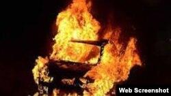 Asif Mərzilinin avtmobili yandırılıb (Foto Mərzilinin facebook səhifəsindən götürülüb)