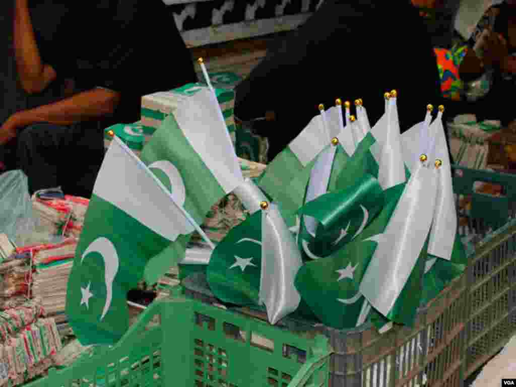 یوم آزادی قریب آتے ہی کراچ میں سبز پرچموں کی فروخت میں اضافہ ہوگیا ہے