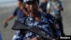 缅甸警察2017年11月13日在若开邦巡逻(路透社)