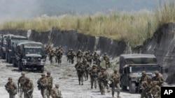 Binh sĩ thủy quân lục chiến Mỹ và Philippines trong một cuộc tập trận chung tại Crow Valley, thị trấn Tarlac ở miền bắc Philippines.