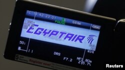 Logo EgyptAir dalam layar video di loket maskapai penerbangan tersebut di bandar udara Charles de Gaulle di Paris (19/5). (Reuters/Christian Hartmann)