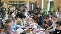 中国现代国际关系研究院的专家们与外国记者座谈