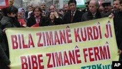 Endamên Tevgera Ziman û Perwerdeya Kurdî (TZP) di rêçûyîneke de daxwaz dikin ku zimanê Kurdî jî wekî Tirkî bibe zimanê fermî