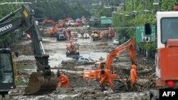 Рятувальники працюють на місці зсуву ґрунту в околицях Сеула