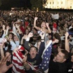 人们在白宫外欢庆本.拉登被击毙