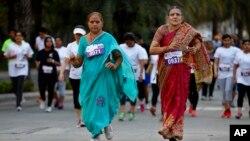Para perempuan setengah baya India mengikuti lari 5K untuk memperingati 'Hari Perempuan Internasional' di Bangalore, India, Minggu (8/3).