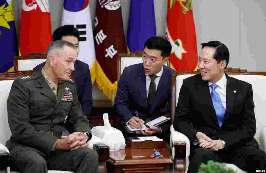美国参谋长联席会议主席邓福德上将在首尔会见韩国国防部长宋永武(2017年8月14日)。美国在韩国派驻2万8000官兵,如果朝鲜对韩国发动袭击,美军将与66万韩国军队并肩作战。美国认为,萨德系统是保护美韩军队的一个关键。