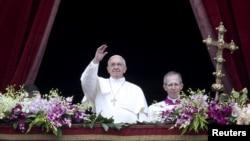 罗马天主教宗方济各在梵蒂冈对圣彼得广场上的民众讲话(2015年4月5日)