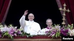 ສັນຕະປາປາ Francis ໂບກມື ຕໍ່ຜູ້ມາຟັງສານຂອງພະອົງ ທີ່ ຈະຕຸລັດ St. Peter ທີ່ນະຄອນ Vatican ວັນທີ 5 ເມສາ 2015.