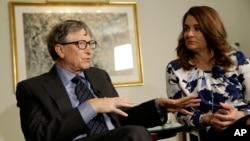빌 게이츠(왼쪽) 마이스로소프트 창업자가 부인 멜린다 여사와 함께 지난해 2월 뉴욕에서 '빌 앤 멜린다 게이츠 재단' 연간 활동계획을 설명하고 있다.