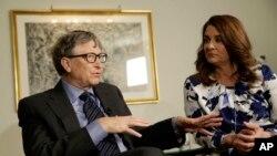 Bill dan Melinda Gates berbicara kepada reporter dalam sebuah konferensi pers mengenai yayasan milik pendiri Microsoft tersebut. (Foto: dok)