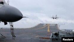 Chiến đấu cơ J-15 tiến hành tập trận từ hàng không mẫu hạm Liêu Ninh của Trung Quốc trên Biển Đông vào tháng 1 năm 2017.