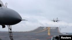 Máy bay chiến đấu J-15 cất cánh trên tàu sân bay Liêu Ninh của Trung Quốc tại Biển Đông ngày 2/2/2017.