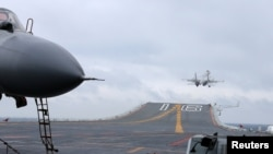 在南中国海演习期间,中国歼15战斗机降落在辽宁号航空母舰上。(2017年1月2日)