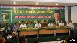 Ketua PPP Suryadharma Ali dan calon presiden dari Partai Gerindra Prabowo Subianto saat mengumumkan koalisi, yang lalu dianulir (18/4). (VOA/Andylala Waluyo)