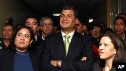 El presidente ecuatoriano Rafael Correa dice estar complacido con la retractación del Reino Unido sobre la amenaza de tomarse la embajada de Ecuador en Londres.