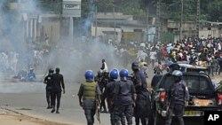 Des policiers loyaux à Gbagbo face à des partisans de Ouattara le 16 décembre 2010, à Abidjan.
