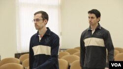 Dua warga AS, Shane Bauer (kiri) dan Josh Fattal dijatuhi hukuman penjara 8 tahun oleh pengadilan Iran (20/8). Seorang warga AS lainnya, Sarah Shourd telah dibebaskan dengan uang jaminan.