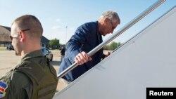 Bộ trưởng Quốc phòng Hoa Kỳ Chuck Hagel đáp máy bay đi Trung Đông, ngày 20/4/2013.