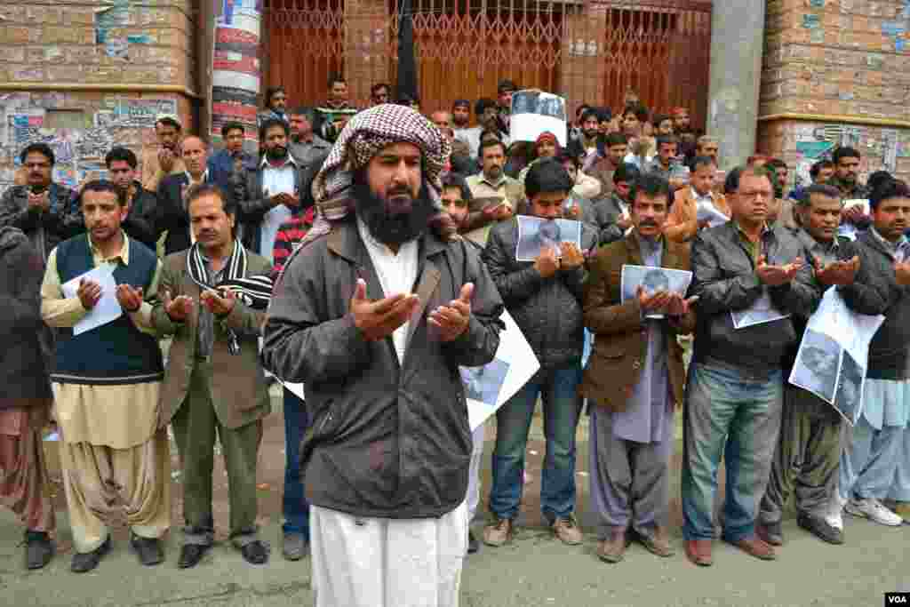 Shi'ite Muslims hold a silent protest a day after deadly blasts in Quetta, Pakistan, January 11, 2013. (H. Samsoor/VOA)