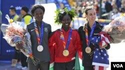 2016年纽约马拉松女子冠军、肯尼亚选手的玛丽. 凯塔尼(中)